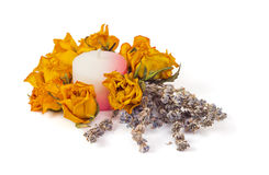 Los accesorios del balneario, amarillean rosas secadas con lavanda y la vela Fotografía de archivo libre de regalías