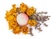 Los accesorios del balneario, amarillean rosas secadas con lavanda y la vela Fotos de archivo libres de regalías