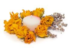 Los accesorios del balneario, amarillean rosas secadas con lavanda y la vela Imágenes de archivo libres de regalías