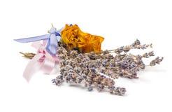 Los accesorios del balneario, amarillean rosas secadas con los manojos de lavanda Foto de archivo
