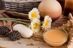 Los accesorios del balneario con el jabón, cuenco con la manzanilla secada florecen, pedazo de A de jabón blanco, jabón marrón lí Imagen de archivo libre de regalías