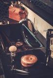 Los accesorios del caballero en un interior de lujo del cuarto de baño Fotos de archivo libres de regalías