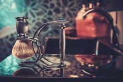 Los accesorios del caballero en un interior de lujo del cuarto de baño Imágenes de archivo libres de regalías