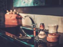 Los accesorios del caballero en un interior de lujo del cuarto de baño Imagen de archivo libre de regalías
