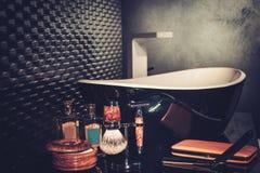 Los accesorios del caballero en un interior de lujo del cuarto de baño Foto de archivo