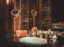 Los accesorios del caballero en un interior de lujo del cuarto de baño Imagenes de archivo