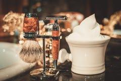 Los accesorios del caballero en un interior de lujo del cuarto de baño Fotografía de archivo libre de regalías