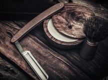 Los accesorios del caballero en un tablero de madera Imagen de archivo libre de regalías