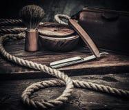Los accesorios del caballero en un tablero de madera Fotos de archivo