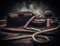 Los accesorios del caballero en un tablero de madera Fotos de archivo libres de regalías
