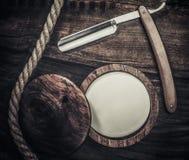 Los accesorios del caballero en un tablero de madera Foto de archivo