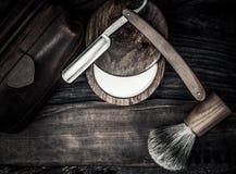 Los accesorios del caballero en un tablero de madera Fotografía de archivo