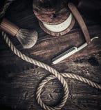 Los accesorios del caballero en un tablero de madera Imagenes de archivo
