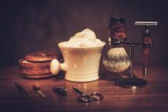 Los accesorios del caballero en un tablero de madera de lujo Fotografía de archivo