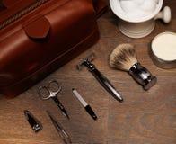 Los accesorios del caballero en un tablero de madera de lujo Foto de archivo libre de regalías