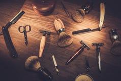 Los accesorios del caballero en un tablero de madera de lujo Imágenes de archivo libres de regalías