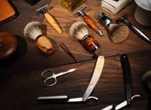 Los accesorios del caballero en un tablero de madera de lujo Imagenes de archivo