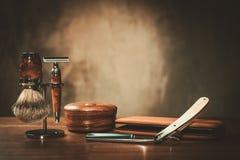 Los accesorios del caballero en un tablero de madera de lujo Foto de archivo