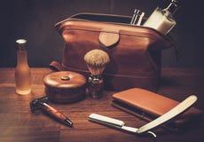 Los accesorios del caballero en un tablero de madera de lujo Fotografía de archivo libre de regalías