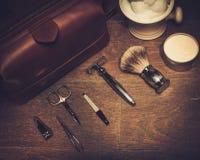 Los accesorios del caballero en un tablero de madera de lujo Imagen de archivo libre de regalías