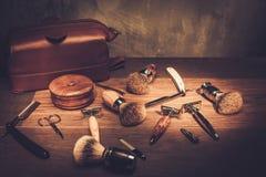 Los accesorios del caballero en un tablero de madera de lujo Fotos de archivo libres de regalías