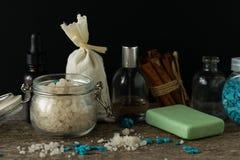 Los accesorios del cuarto de baño jabonan la bolsita del aroma de la lavanda de la sal del mar de los aceites encendido Imagenes de archivo