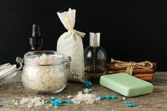Los accesorios del cuarto de baño jabonan la bolsita del aroma de la lavanda de la sal del mar de los aceites encendido Foto de archivo libre de regalías