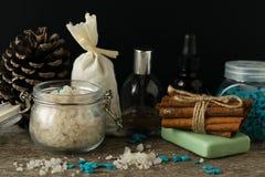 Los accesorios del cuarto de baño jabonan la bolsita del aroma de la lavanda de la sal del mar de los aceites encendido Imagen de archivo