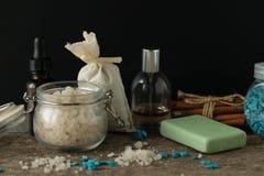 Los accesorios del cuarto de baño jabonan la bolsita del aroma de la lavanda de la sal del mar de los aceites encendido Fotografía de archivo libre de regalías