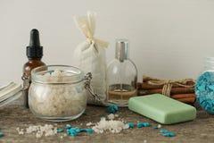 Los accesorios del cuarto de baño jabonan la bolsita del aroma de la lavanda de la sal del mar de los aceites encendido Imágenes de archivo libres de regalías