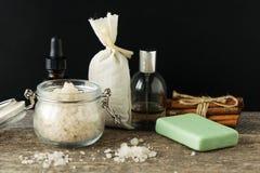 Los accesorios del cuarto de baño jabonan la bolsita del aroma de la lavanda de la sal del mar de los aceites encendido Foto de archivo