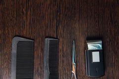 Los accesorios del estilista del peluquero mienten perfectamente completamente en la tabla Foto de archivo