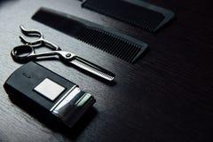 Los accesorios del estilista del peluquero mienten perfectamente completamente en la tabla Fotografía de archivo