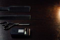 Los accesorios del estilista del peluquero mienten perfectamente completamente en la tabla Imágenes de archivo libres de regalías
