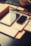 Los accesorios del hombre, lápices modernos de los dispositivos en negro Fotografía de archivo