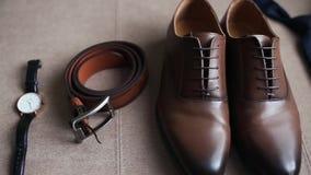 Los accesorios del hombre: zapatos, bowtie, reloj, correa almacen de metraje de vídeo