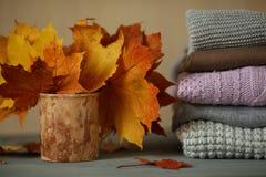 Los accesorios del otoño hicieron punto los suéteres y las hojas Imagenes de archivo