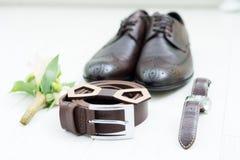 Los accesorios del ` s de los hombres del novio en la boda se exponen por una aún-vida en una lamina de la luz Zapatos del ` s de Foto de archivo libre de regalías