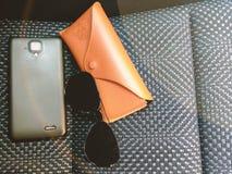 Los accesorios del ` s del viajero fijaron, las lentes de sol negros, el caso y el teléfono w Imagen de archivo