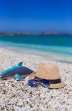 Los accesorios del verano, gafas de sol varan los juguetes y el sombrero Imagen de archivo