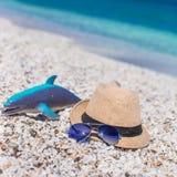 Los accesorios del verano, gafas de sol varan los juguetes y el sombrero Foto de archivo