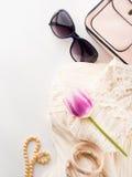Los accesorios del vestido de la ropa de la mujer forman compras en blanco Imagen de archivo