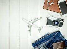 Los accesorios del viaje del Blogger se prepararon en la endecha de madera blanca del plano, visión superior Foto de archivo libre de regalías