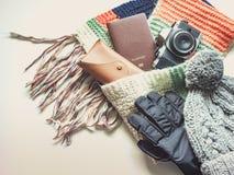 Los accesorios del viaje de la estación del día de fiesta y del invierno en plano ponen concepto Fotografía de archivo libre de regalías