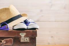 Los accesorios del viaje en una maleta vieja - fondo blanco - copian el espacio Fotografía de archivo libre de regalías