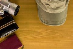 Los accesorios del viaje incluyen la llave del casquillo de la cámara de bolsillo del dinero ninguna Foto de archivo libre de regalías