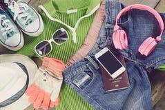 Los accesorios del viaje, ropa cartera, vidrios, auriculares del teléfono, calzan el sombrero, alistan para el viaje Imágenes de archivo libres de regalías