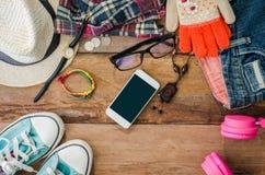 Los accesorios del viaje, ropa cartera, vidrios, auriculares del teléfono, calzan el sombrero, alistan para el viaje Imagenes de archivo
