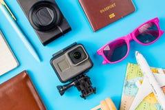Los accesorios del viaje visten el concepto para el viaje de las vacaciones de verano PA Imagenes de archivo