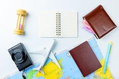 Los accesorios del viaje visten el concepto para el viaje de las vacaciones de verano PA Imagen de archivo